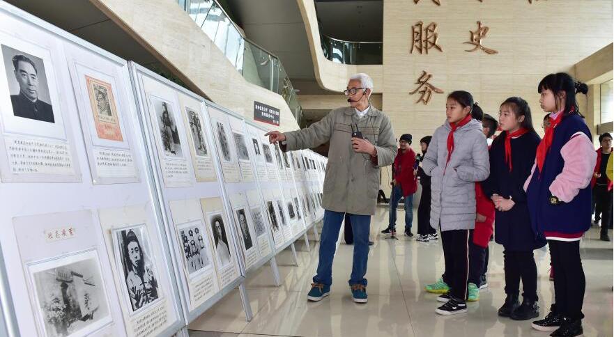 追忆缅怀 义乌七旬老党员用200幅图片致敬周总理