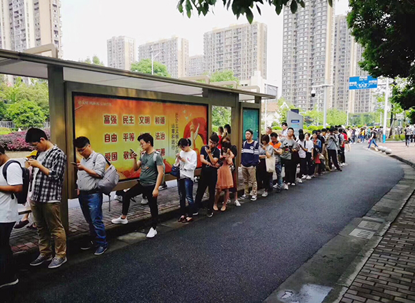 没有人插队 没有人喧哗吵闹 杭州一公交站台 天天排起150米的长队