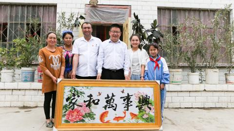 """""""民族团结一家亲""""助力维吾尔族老乡过上幸福生活"""