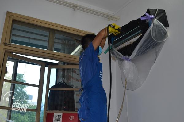 空调大扫除 让老人舒心度夏