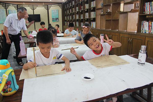 """东江嘴村的孩子这个暑假跟着""""师爷""""学国学"""