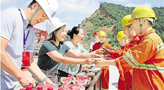 入伏首日,杭州关爱社区老人、流浪人员、高温工作者