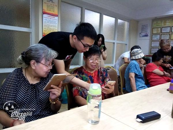翠苑二区开设手机课堂 专门帮老人们搞定智能手机