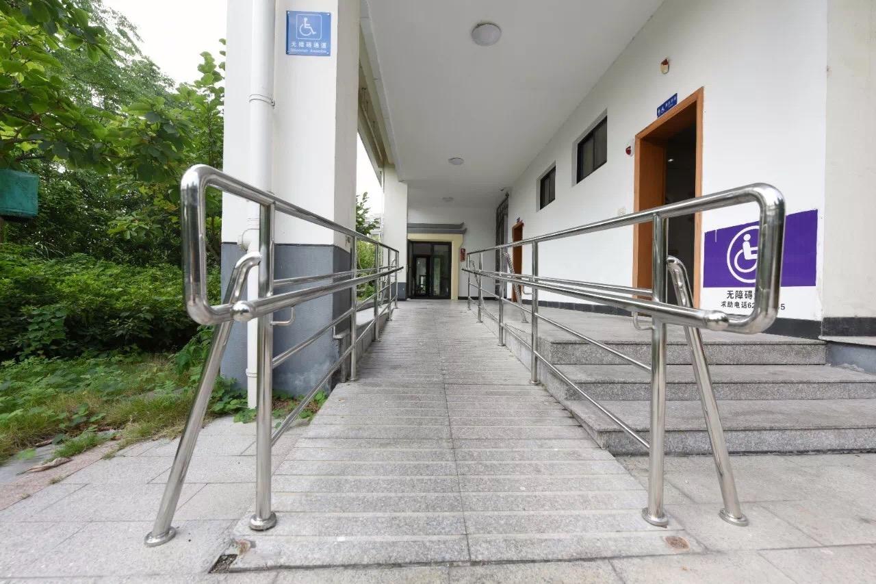公园新建了加宽的无障碍机动车停车位……走在社区里图片