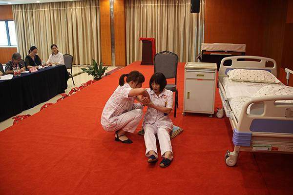 双浦镇总工会组织企业开展护理技能竞赛