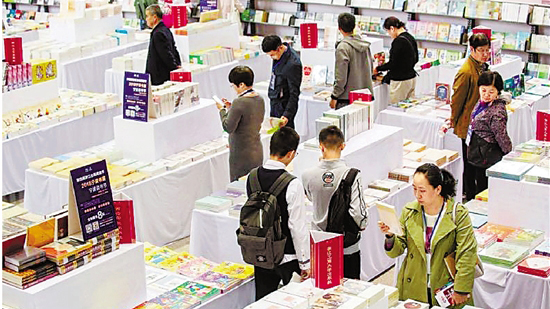 红色图书受追捧 实体书店玩跨界