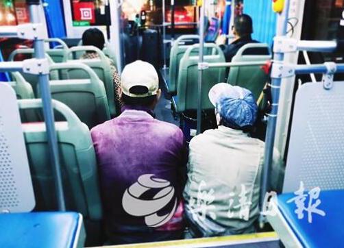 """暖评丨公交车上""""席地而坐"""" 乐清这一幕暖点满满"""