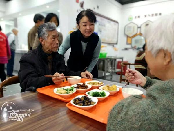 居民期盼已久的老年食堂开张啦!