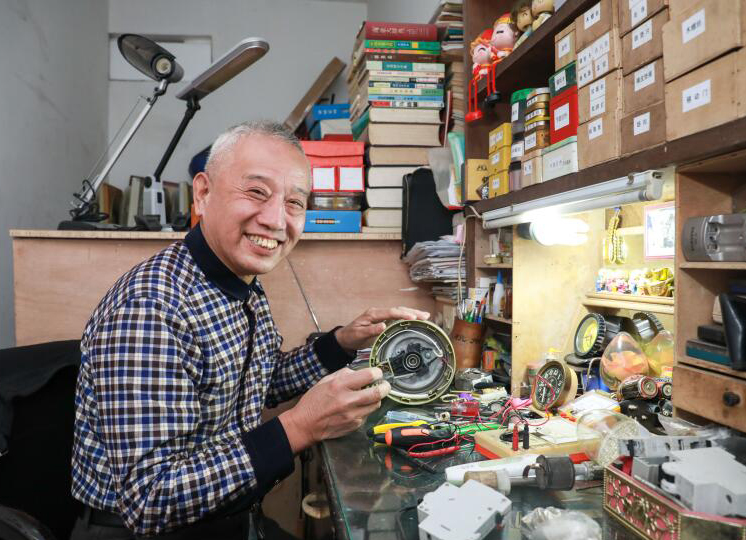 """杭州:七旬""""万能""""大伯半个世纪免费为邻居修理数万件物品"""