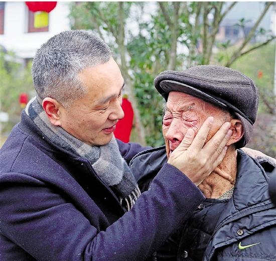 """7年任期满 """"最美农村指导员""""泪别村民"""