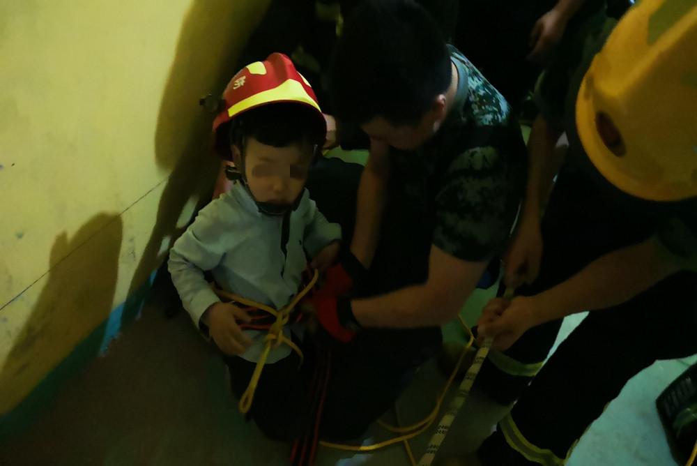 六岁男童23楼坠落被19楼空调外机挂住 杭州拱墅消