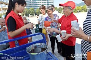 """富阳75岁凌奶奶当起了编外""""志愿者"""""""